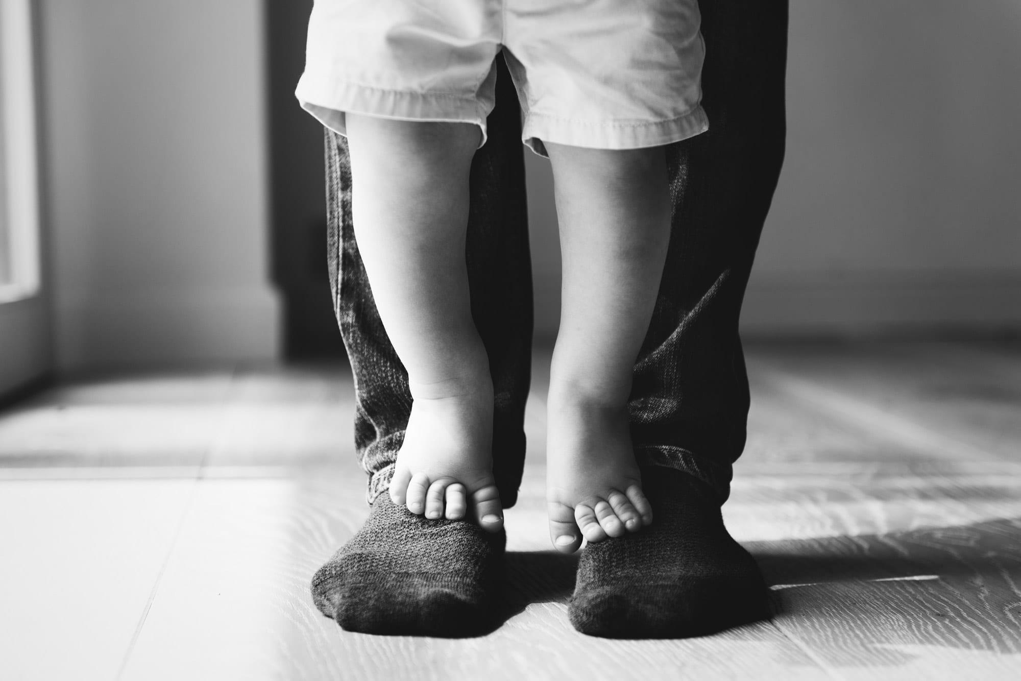 Enfant sur les pieds de son papa